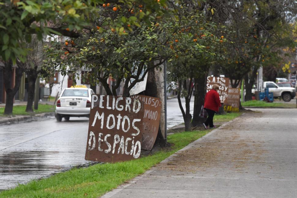 ADVERTENCIA. Colocaron cuatro carteles sobre la plaza Irigoyen, en Santiago al 1.900, con varias leyendas.