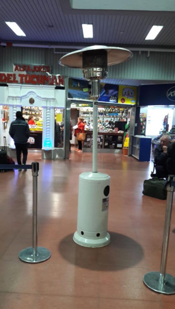 SISTEMA DE CALEFACCIÓN. Estufas honguito fueron colocadas en el aeropuerto a falta de gas. FOTO ENVIADA POR UN WHATSAPP