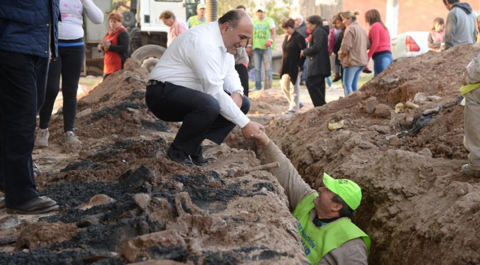 EN TAREAS. Manzur saluda a un operario, en una visita por barrio Villarroel.