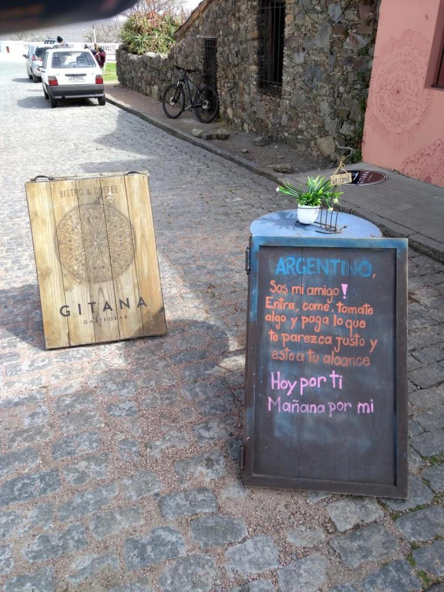 EN URUGUAY. Cartel de un bar para los turistas argentinos.