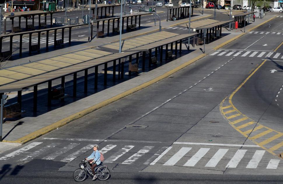 UN PAISAJE DISTINTO DE LA 9 DE JULIO. Escaso tráfico vehicular se vio ayer en a principal avenida del centro porteño. reuters