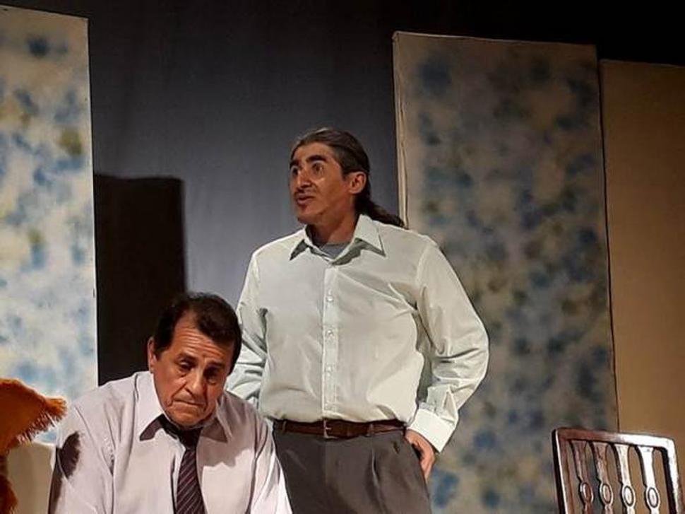 """DE AGUILARES. Carly Cervera y JOZ actúan en la obra """"Asalto... a los saltos""""."""