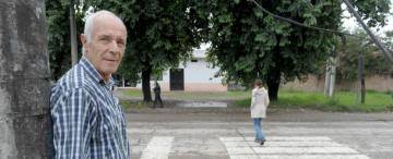 Yerba Buena: harto de los accidentes pintó la senda peatonal de la esquina de su casa