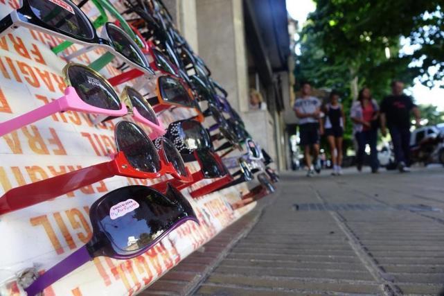4fed89d88c Continúa la polémica por la venta de anteojos en la calle - LA ...