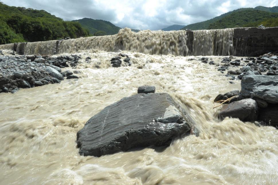 BADÉN. El río Choromoro se llevó el último tramo de la obra. El único colectivo que ingresaba a Potrero ya no pasa. Los vecinos temen por las futuras lluvias. captura de vídeo