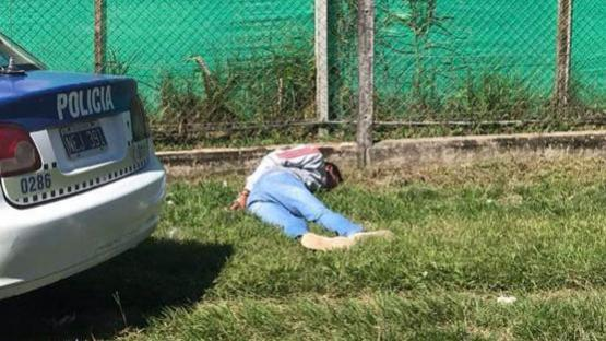 Intentó escapar de la policía, tiró el arma pero fue atrapado detrás un country
