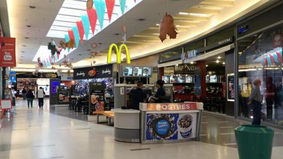 Las ventas en supermercados y shoppings registraron otro mes de fuertes caídas