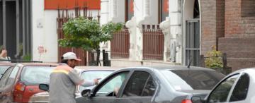 El proyecto contempla castigar la limpieza de vidrios sin consentimiento en los semáforos