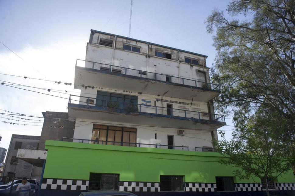 EN EL CENTRO DE LAS POLÉMICAS. En el edificio de la ex Brigada funciona un centro de arresto en el que normalmente se aloja a más de 50 detenidos. la gaceta / FOTO DE DIEGO ARAOZ