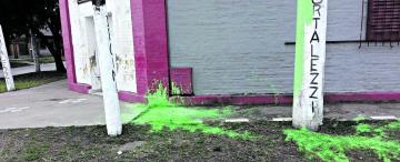 Dos punteros se disputaron un poste y uno terminó pintado de verde