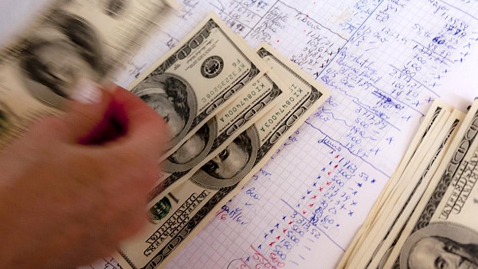 El dólar cede 45 centavos, a $ 45,97, en un mercado más calmo