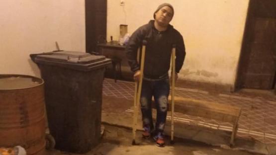 Uno de los reos golpeados tenía muletas cuando fue atacado en Villa Urquiza