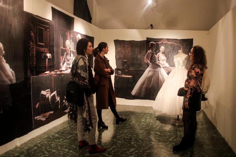 MUSEO TIMOTEO NAVARRO. Las imágenes dan cuenta de personajes y escenas de películas y pinturas que protagoniza Nicola Costantino.