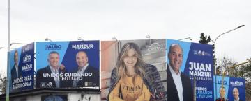 La novena parte de la Mate de Luna está cubierta de afiches políticos