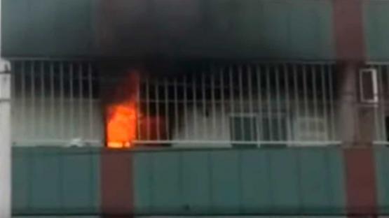 Olvidaron una estufa prendida, la corriente volvió de golpe y se incendió el departamento