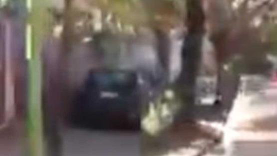 Video: no aguantó el embotellamiento y decidió conducir por la vereda