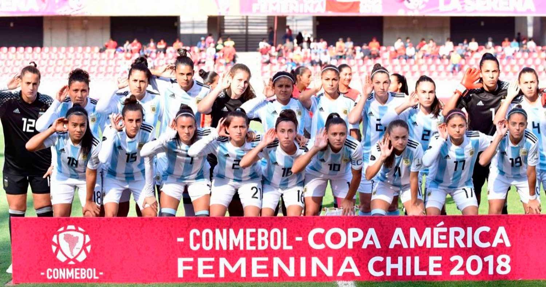 Cientos de hinchas recibieron a las jugadoras de la Selección argentina