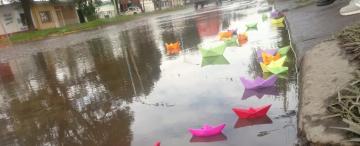 Alumnos de la escuela Muñecas denunciaron pérdidas cloacales con barquitos de papel