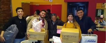 El señor de los resaltadores recibió donaciones y salió a cenar con los estudiantes