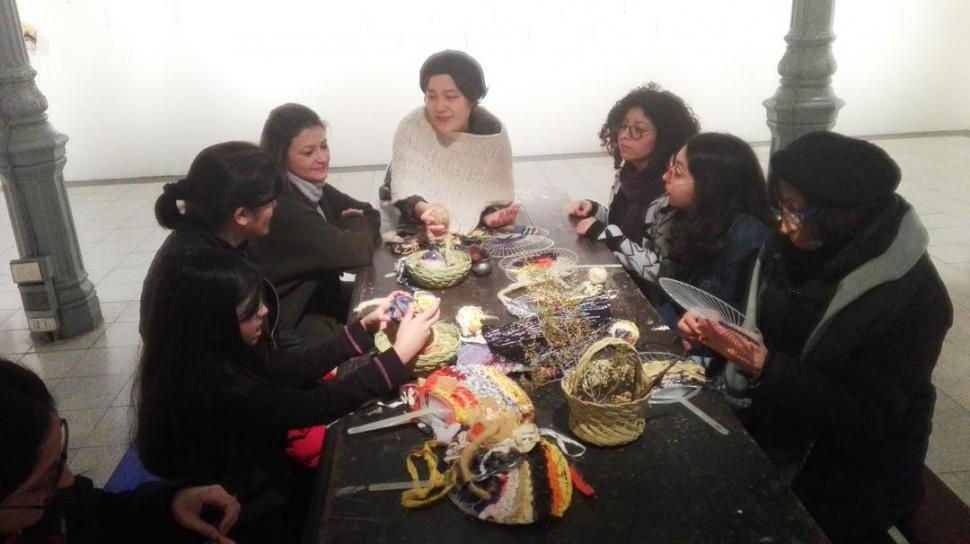 TEJIDOS. La artista japonesa Mai Sone explica una técnica ancestral.