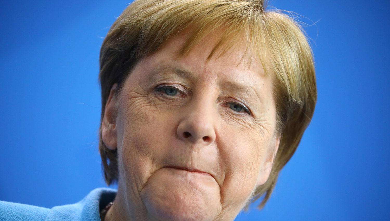 Merkel no pudo parar de temblar durante otro acto oficial