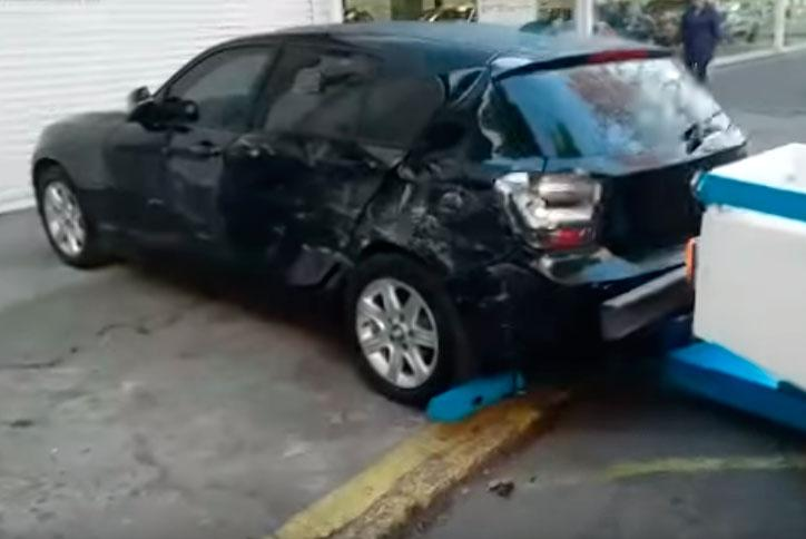 Mujer destruye el lujoso auto de su esposo al descubrir una infidelidad