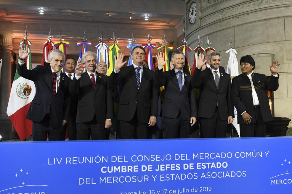 SALUDO DESDE SANTA FE. Piñera, Vázquez, Bolsonaro, Macri, Benítez y Morales posan durante la 54ª Cumbre de Jefes de Estado de Mercosur. telam