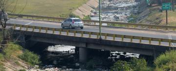 Suciedad y cruces ilegales en la autopista de Circunvalación
