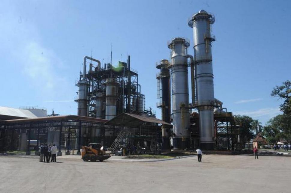 DERIVADOS. Desde el jugo de la caña, los ingenios proponen desarrollos entre el azúcar, el bioetanol y la energía. ARCHIVO LA GACETA