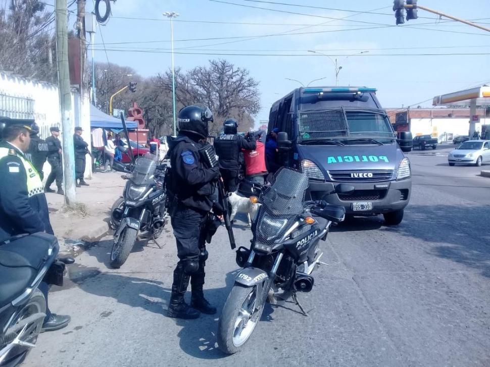 EN PLENA TAREA. Efectivos trasladan a un detenido. El fin de semana concretaron más de 200 arrestos.