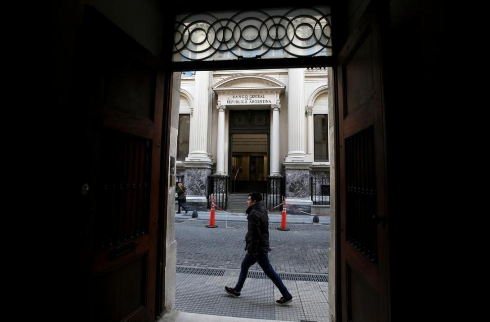 Actualidad: Bancos oficiales y el Central plancharon la suba del dólar