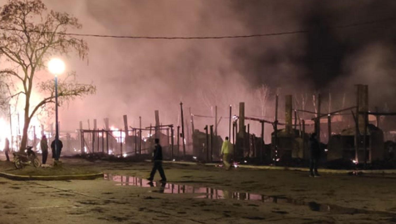 Un incendio devoró al menos 20 ranchos en la feria de Simoca