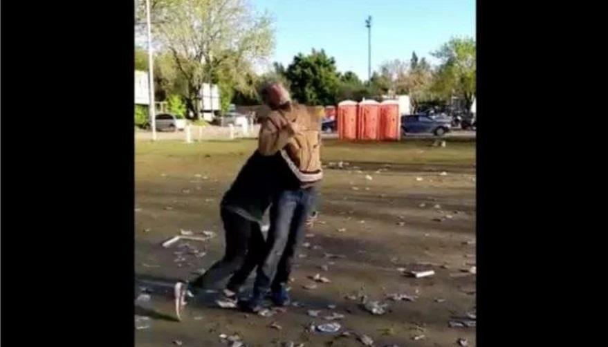 Rugbiers que festejaban un campeonato golpearon a un hombre indefenso — Indignante video