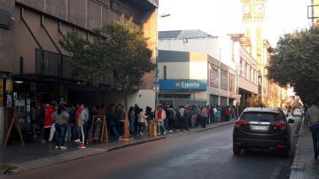 Pasaron la noche en la calle para cobrar un subsidio que había sido suspendido