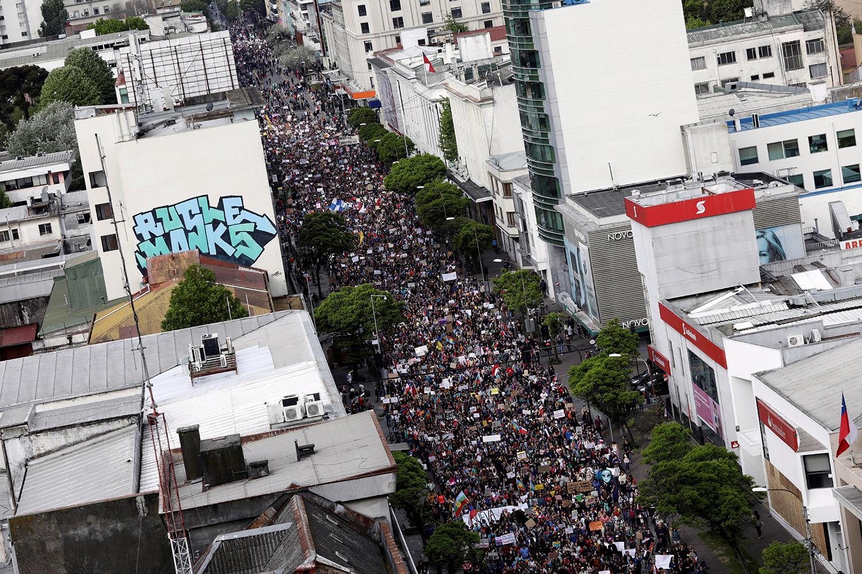 Un millón de chilenos marcharon en Chile contra las políticas de Piñera