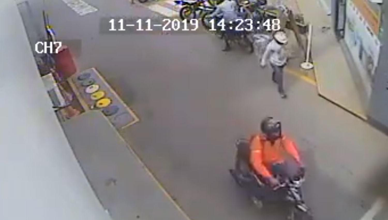 la fuga tres cuatro hombres quedaron retratados esta escena albanil dos se movilizaban motos 824774 125221