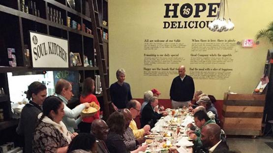 El lado solidario de Bon Jovi: de la música a sus restaurantes solidarios