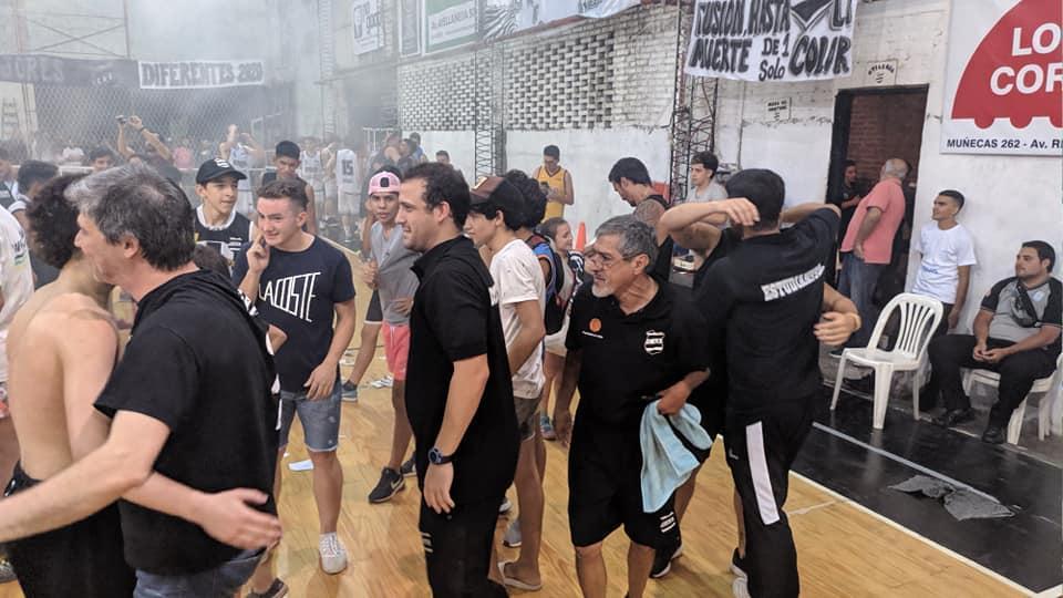 Gustavo Gaete (centro), el entrenador y arquitecto del Estudiantes supercampeón. (FOTO TOMADA DE SOLO BASKET)