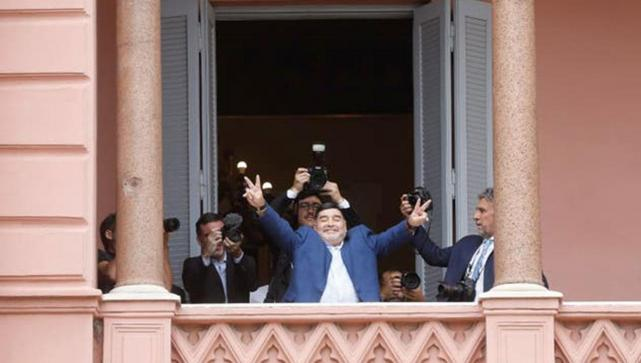 Resultado de imagen para El abrazo de Maradona con Alberto Fernández en Casa Rosada