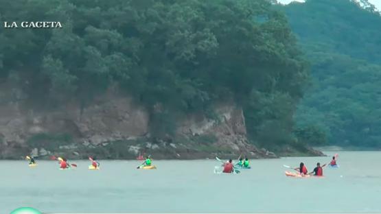En Kayak, los ambientalistas limpiaron el dique El Cadillal