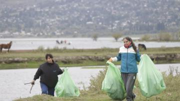Limpiaron el lago La Angostura para homenajerar a la Pachamama y crear conciencia