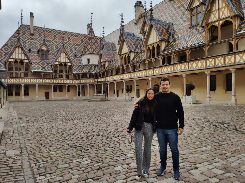 Una pareja tucumana resiste al coronavirus en Beaune, el pueblo francés conocido por sus vinos