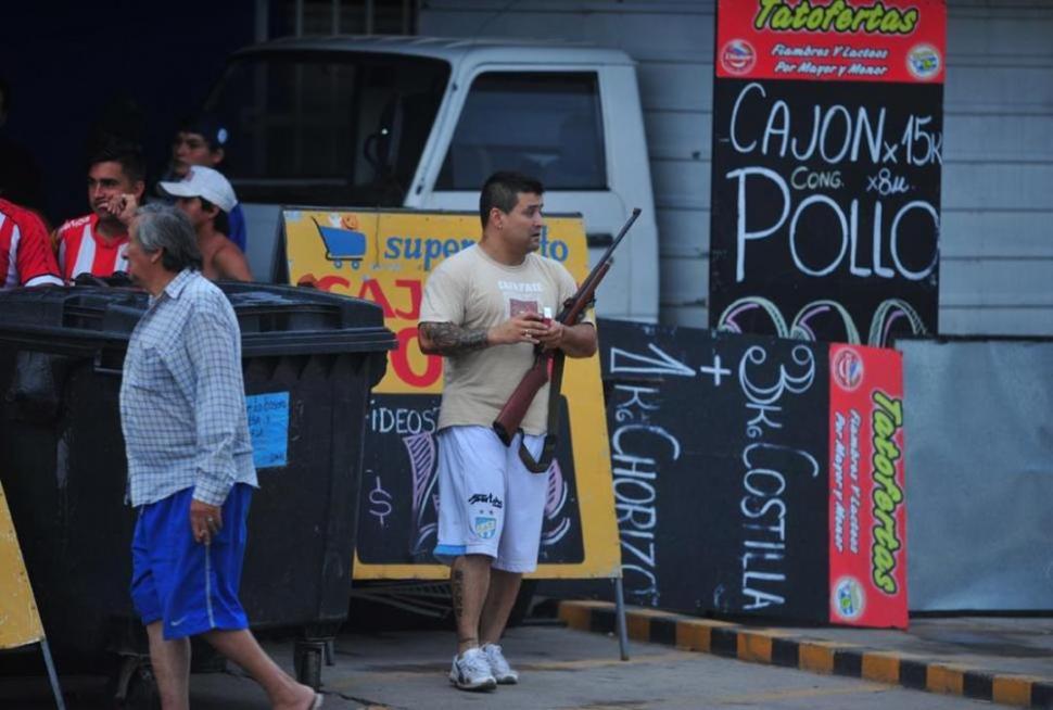 DURA REALIDAD. Un empleado de un supermercado hace guardia armado. la gaceta / foto archivo