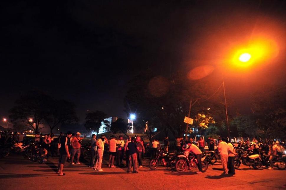 TENSA ESPERA. Los efectivos que iniciaron la huelga el 8 de diciembre se agruparon en la zona de la Subjefatura de Policía. Después endurecerían la medida.