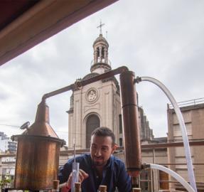 Innovación durante la cuarentena: un maestro cervecero creó su propio gin y palió la crisis