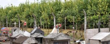 En el cementerio Cevil Pozo las tumbas llegan hasta el alambrado