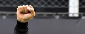 Hamilton, el campeón que gana, levanta el puño derecho y busca cambiar el mundo