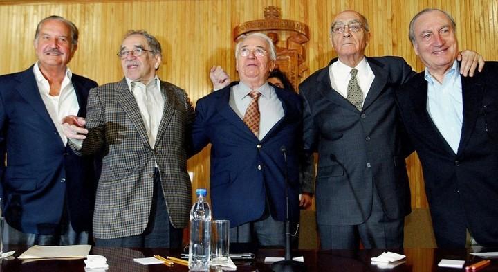 ENTRE AMIGOS. Tomás Eloy Martínez con Carlos Fuentes, Gabriel García Márquez, Belisario Betancourt, y José Saramago