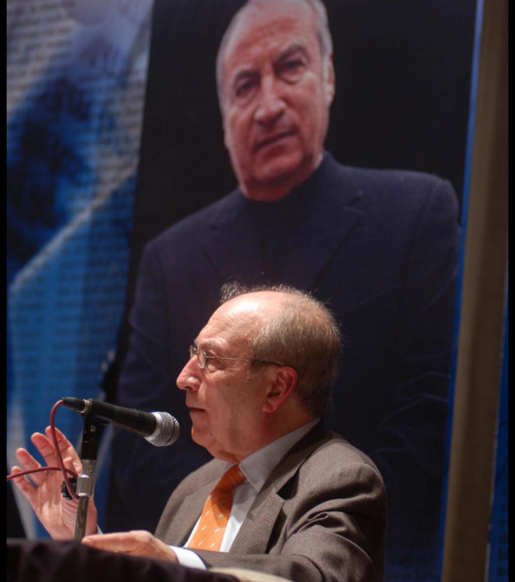 Tomás Eloy Martínez, en una disertación en Tucumán.