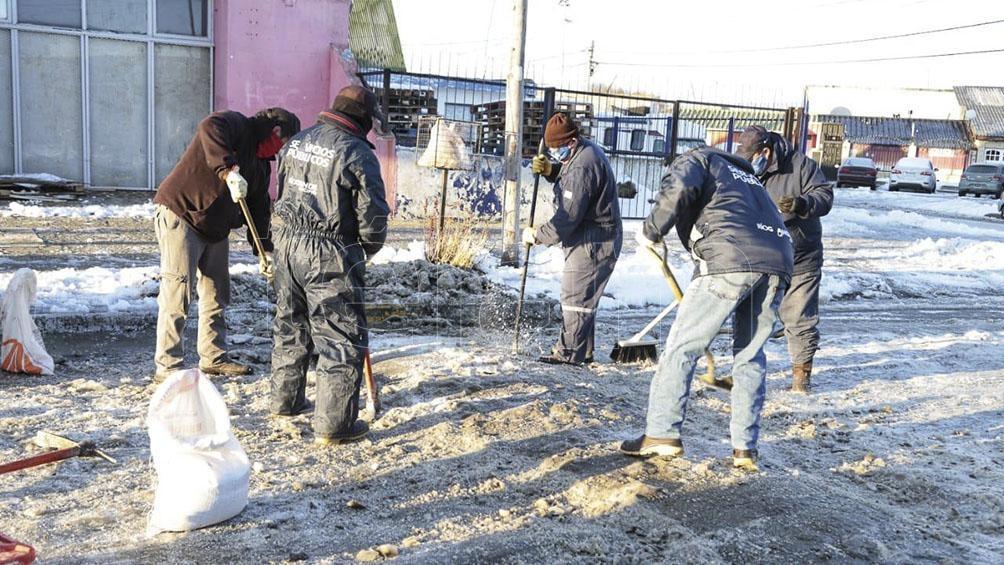 RÍO GRANDE. Operarios llevan a cabo tareas de limpieza en la ciudad fueguina. Foto Télam